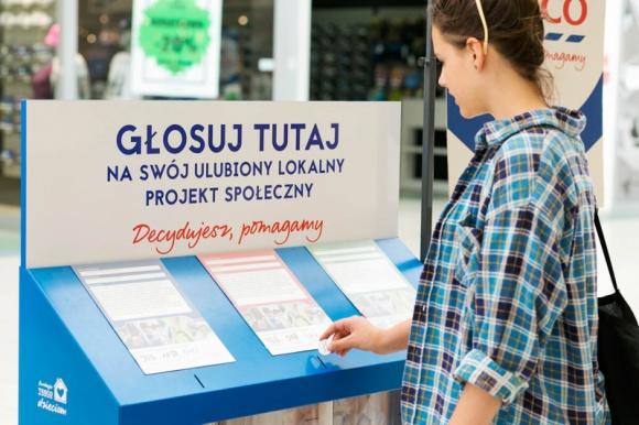 """1 125 000 złotych dla organizacji społecznych – oddaj głos na lokalną inicjatywę LIFESTYLE, Finanse - Od 7 maja do 4 czerwca mieszkańcy Polski mogą głosować na najciekawsze inicjatywy społeczne, które otrzymają dofinansowanie w IV edycji programu Tesco """"Decydujesz, pomagamy"""". 375 organizacji społecznych otrzyma granty na realizację lokalnych projektów."""
