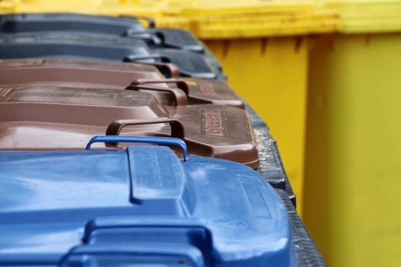 Nie segregujesz śmieci? Zapłacisz znacznie więcej za wywóz odpadów LIFESTYLE, Finanse - Selektywna zbiórka odpadów dziś to już nie tylko dbałość o środowisko, ale także własny rachunek ekonomiczny. Warto zatem wiedzieć, jak we właściwy sposób pozbywać się śmieci.